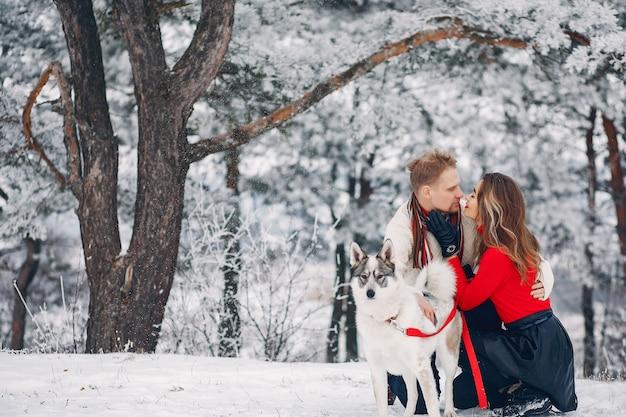 Hermosa pareja jugando con un perro