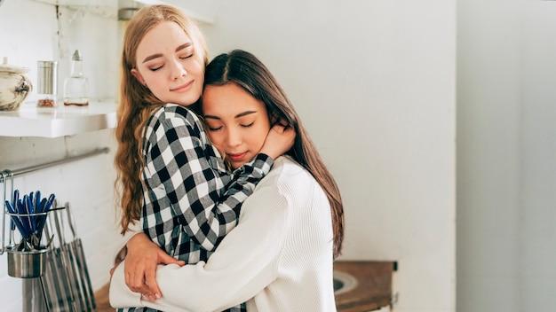 Hermosa pareja lesbiana abrazando tiernamente