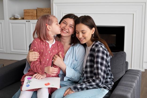 Hermosa pareja de lesbianas con su hija
