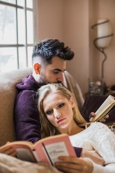 Hermosa pareja leyendo libros interesantes