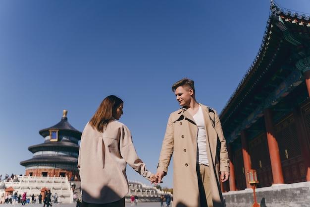 Hermosa pareja muy enamorada explorando china en su luna de miel