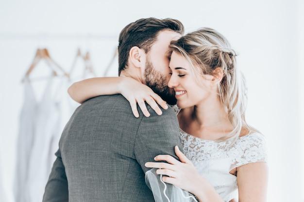 Hermosa pareja de novios modelo en estudio tienda imagen estilo vintage tono