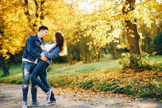 Hermosa pareja en un parque