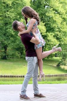Hermosa pareja en el parque
