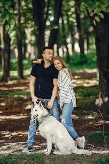 Hermosa pareja pasa tiempo en un bosque