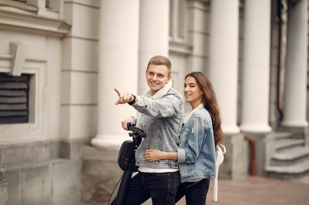 Hermosa pareja pasa tiempo en la calle