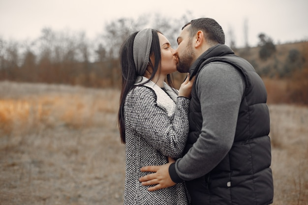 Hermosa pareja pasa tiempo en un campo de primavera
