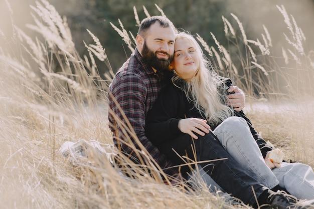 Hermosa pareja pasa tiempo en un campo de trigo