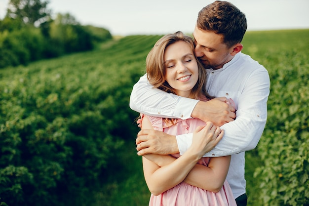Hermosa pareja pasa tiempo en un campo de verano