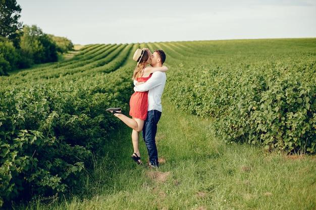 Hermosa pareja pasa tiempo en un campo