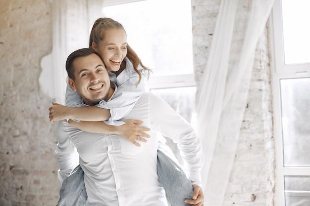 Hermosa pareja pasa tiempo en casa