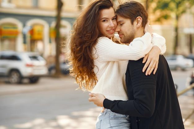 Hermosa pareja pasa tiempo en una ciudad primaveral