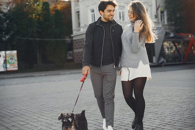 Hermosa pareja pasa tiempo en una ciudad de verano.