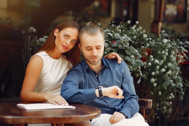 Hermosa pareja pasa tiempo en una ciudad de verano
