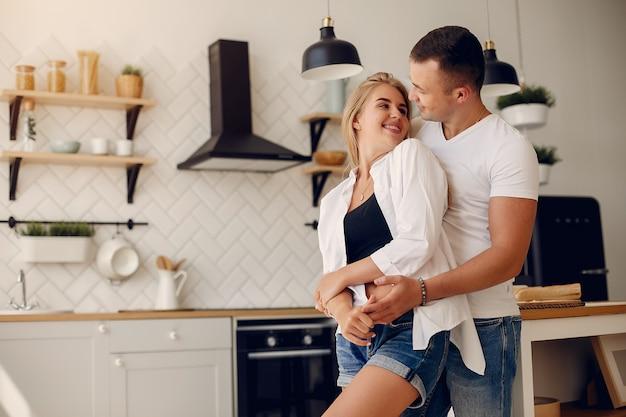 Hermosa pareja pasa tiempo en la cocina.