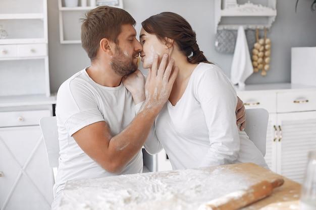 Hermosa pareja pasa tiempo en la cocina
