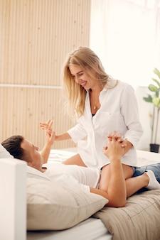 Hermosa pareja pasa tiempo en el dormitorio.
