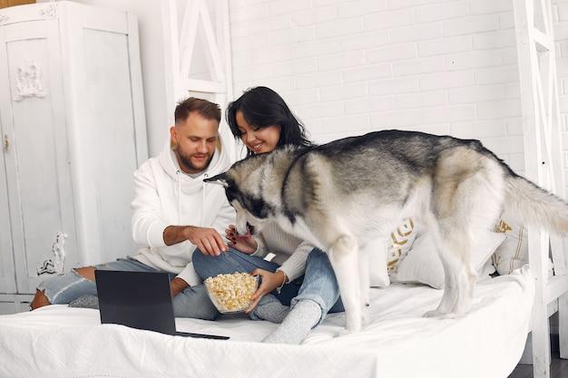 Hermosa pareja pasa tiempo en una habitación