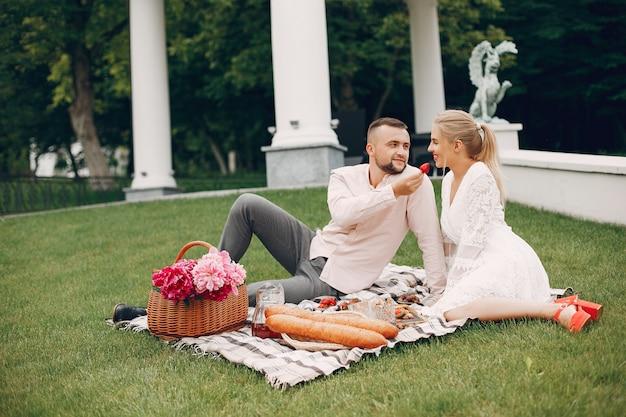 Hermosa pareja pasa tiempo en un jardín de verano