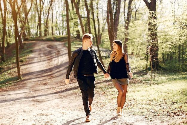 Hermosa pareja pasa tiempo en un parque de primavera