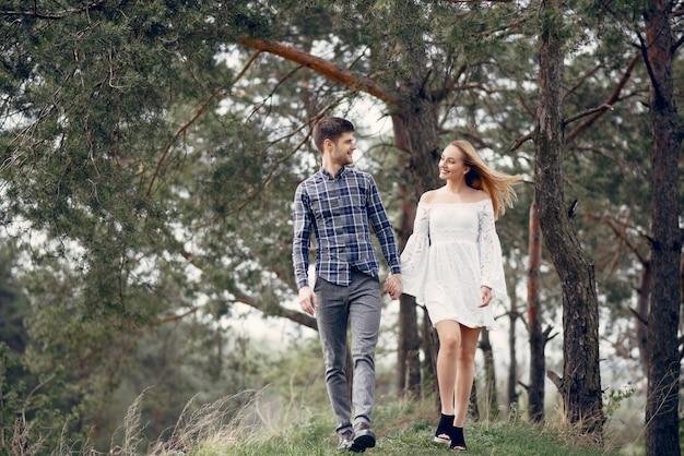 Hermosa pareja pasa tiempo en un parque de verano