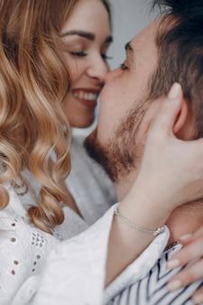 Hermosa pareja pasa tiempo