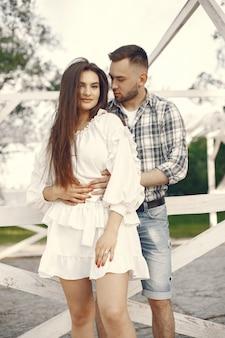 Hermosa pareja pasar tiempo en un parque de verano
