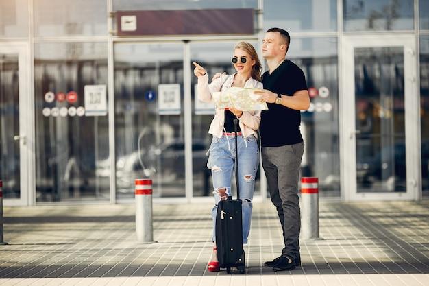 Hermosa pareja de pie en el aeropuerto