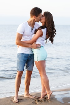 Hermosa pareja en el playa