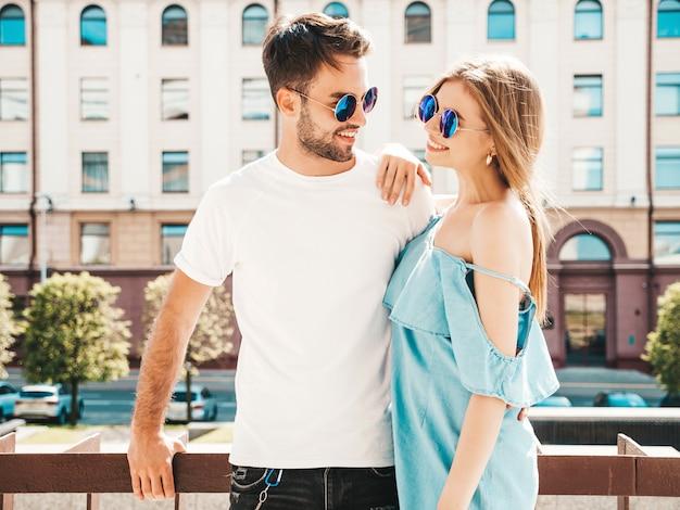 Hermosa pareja posando en la calle