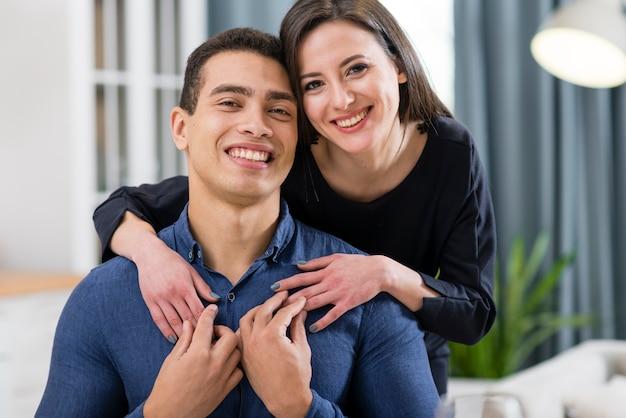 Hermosa pareja posando en el día de san valentín en casa