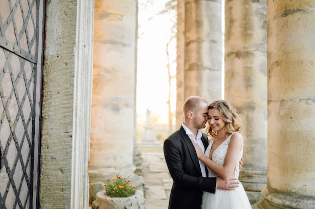 Hermosa pareja posando en el día de su boda