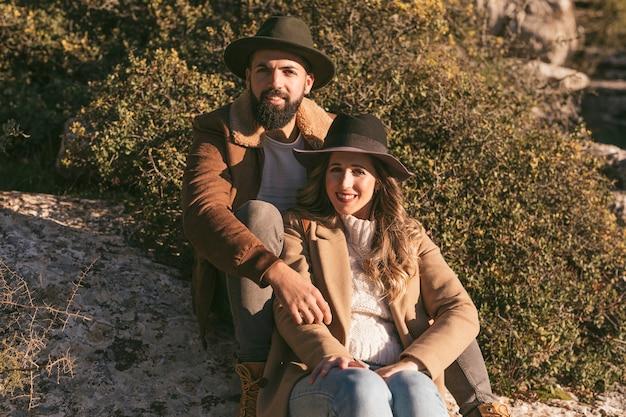 Hermosa pareja posando en la naturaleza