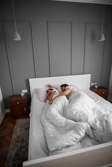 Hermosa pareja romántica en el amor durmiendo juntos abrazados en la cama en su casa o en el hotel.