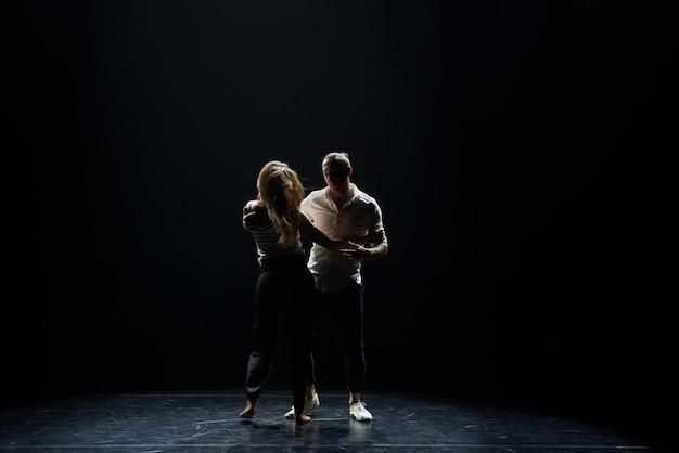 Hermosa pareja de salón de baile preformando su apasionado baile de exhibición