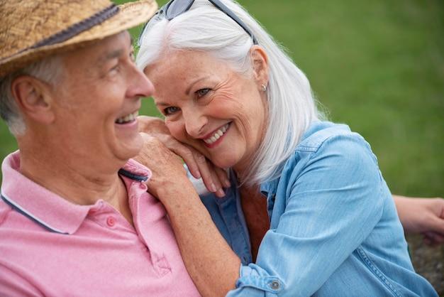 Hermosa pareja senior pasar tiempo de calidad juntos