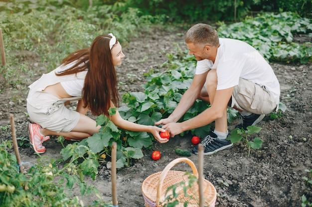 Hermosa pareja trabaja en un jardín