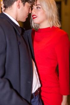 Hermosa pareja vestida con ropa elegante