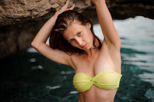Hermosa pelirroja delgada en la cueva del agua