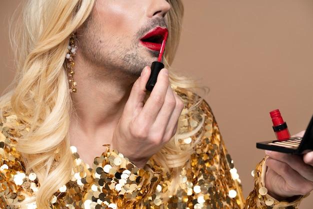 Hermosa persona queer con maquillaje