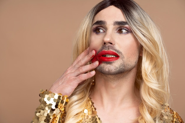 Hermosa persona queer con maquillaje   Foto Gratis