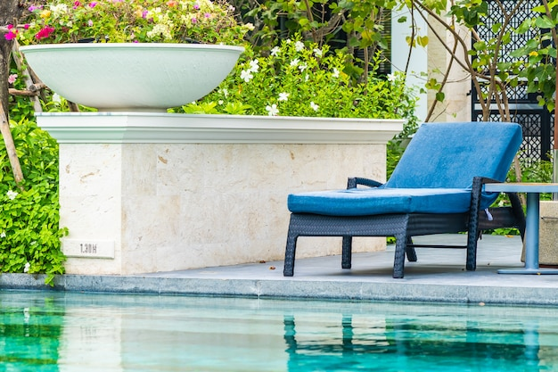 Hermosa piscina al aire libre en hotel y resort con silla y terraza para vacaciones de ocio