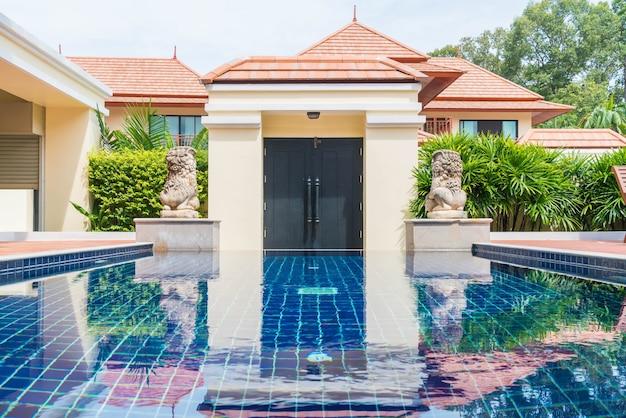 Hermosa piscina en complejo