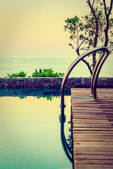 Hermosa piscina de hotel de lujo