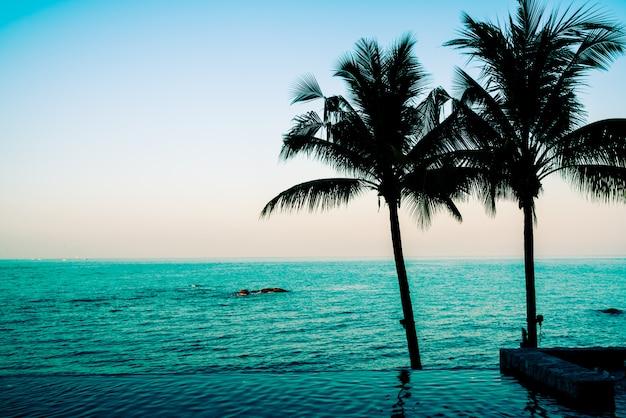 Hermosa piscina del hotel de lujo.