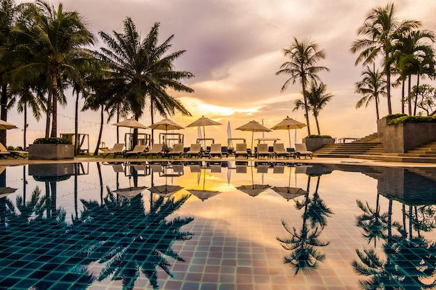 Hermosa piscina de lujo al aire libre en hotel y resort