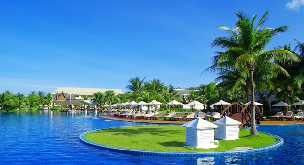 Hermosa piscina en tailandia