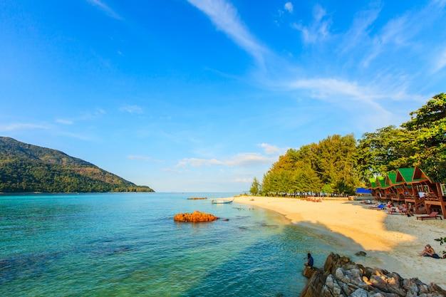 Hermosa playa de arena blanca tropical con mar azul y cielo