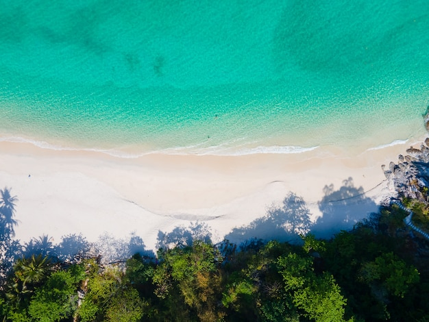 Hermosa playa de arena de mar en el sol de verano