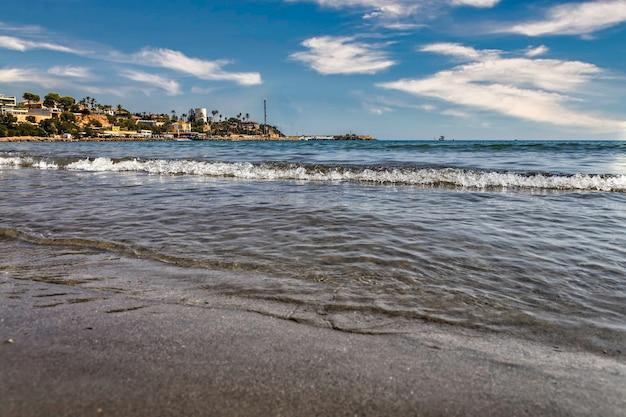 Hermosa playa con cielo azul en el mediterráneo alicante de españa.